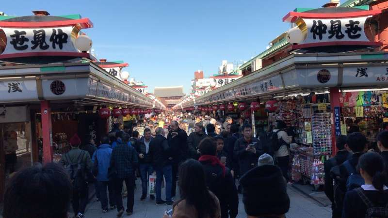 6.You can find all sorts of traditional Japanese souvenirs at Nakamise, the shopping arcade leading to Senso-ji Temple in Asakusa.