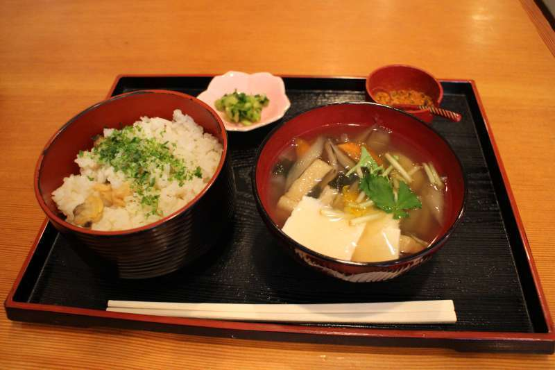 Fukagawa meshi (flavored Rice with clams) is a popular local Food in this area. It is served in 25 restaurants and shops in Fukagawa.