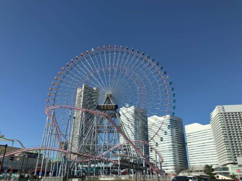 Cosmo Clock 21, formerly the world's tallest Ferris wheel standing at Yokohama Cosmo World Amusement Park with skyscrapers behind, in Minato Mirai 21 Shinko area