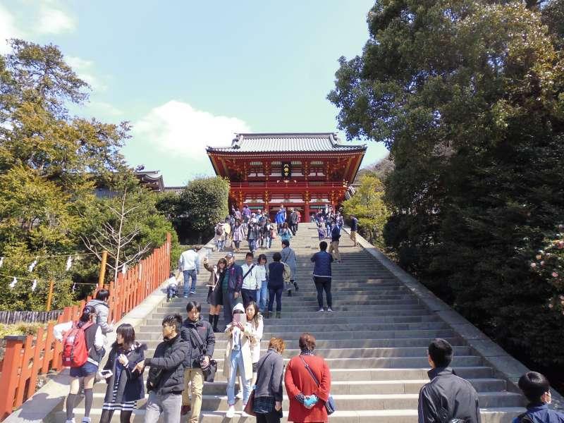 The Tsurugaoka Hachiman Shrine has strong ties to Minamoto Yoritomo, the founder of the Kamakura Shogunate.