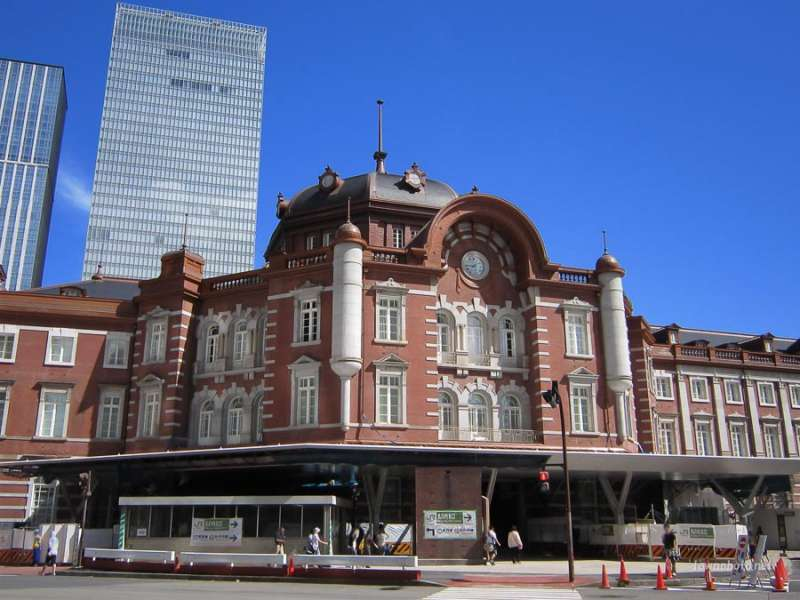 You can have lunch in a sophisticated building in front of Tokyo station.