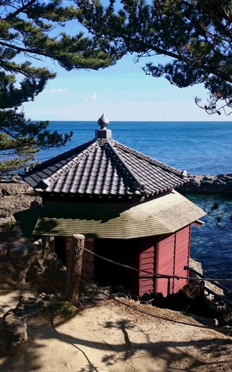 Rokkakudo Hall, Izura Coast