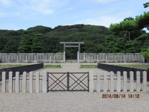 The front of the Mausoleum of Emperor Nintoku