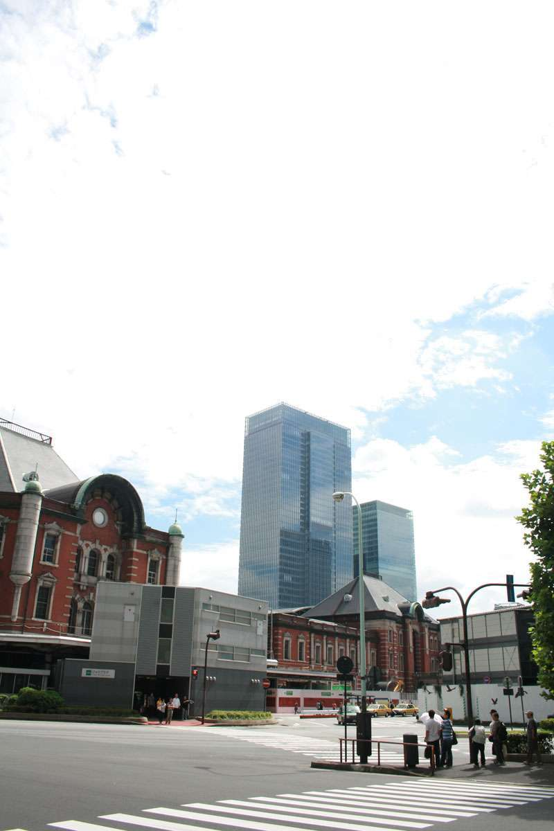 The original design of Tokyo Station was designed by Japanese architecture, Tasuno Kingo, and compeletd in 1910. After damaged by air-raid during WW2, it has been renovated several times.