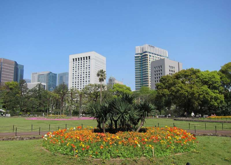 Hibiya park, center of Tokyo, a first western style garden in Japan, welcomes you with seasonal flowers.