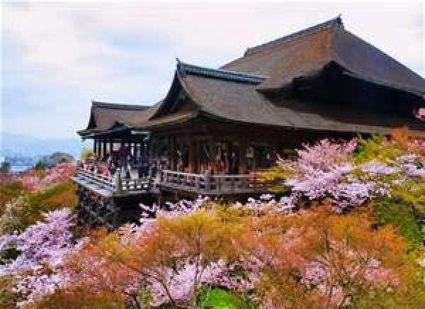 Templo de Kiyomizu tiene el escenario de donde podemos dominar el paisaje de Kyoto.