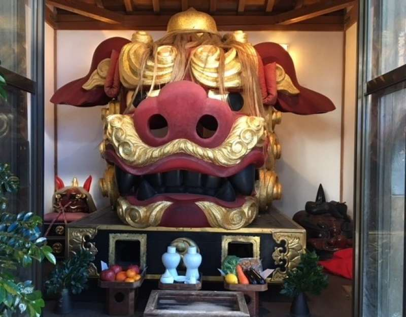 a guardian lion in Namiyoke Shrine in Tsukiji Fish Market