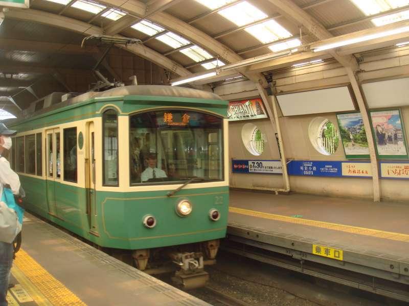 Retro-type Enoden railway have a service between Fujisawa station and Kamakura station.