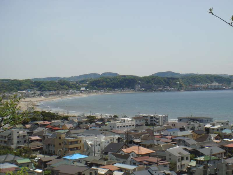 From the hill top of Hasedera temple precinct, you can nicely overview the calm sand beach which may know a lot of turbulent history in the samurai period.