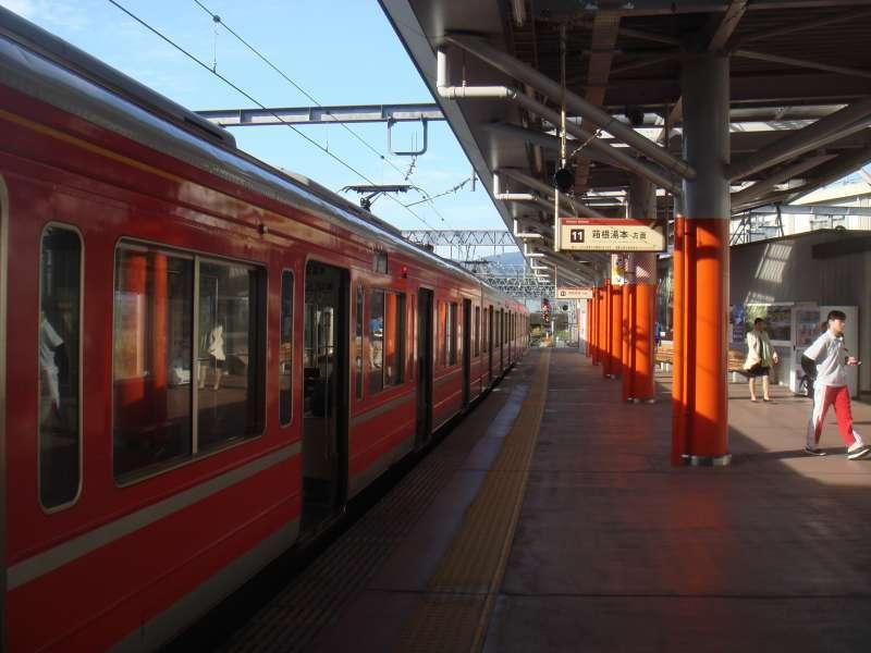 Hakone-Tozan railway connects Odawara city with Hakone, hot spring resort spot. Riding the train, you can enjoy spring greenery and colorful flowers like cherry blossom, azalea and hydrangea.