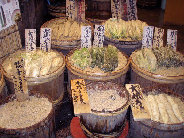 This shop sells vegetable pickles in the Nishiki Market.They go well with hot rice with miso soup.