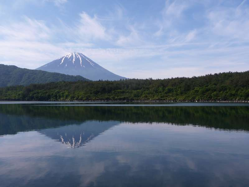 If the weather is good, this is the sight you will find as soon as you get off the bus. Combination of Mt. Fuji and Lake Saiko with Mt. Fuji reflection on the water. From around July until around November, you will not see snow.