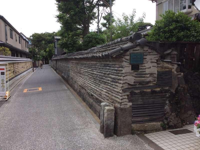 Tsukijibei wall at Kannonji Temple which shows an atmosphere of Edo samurai era.