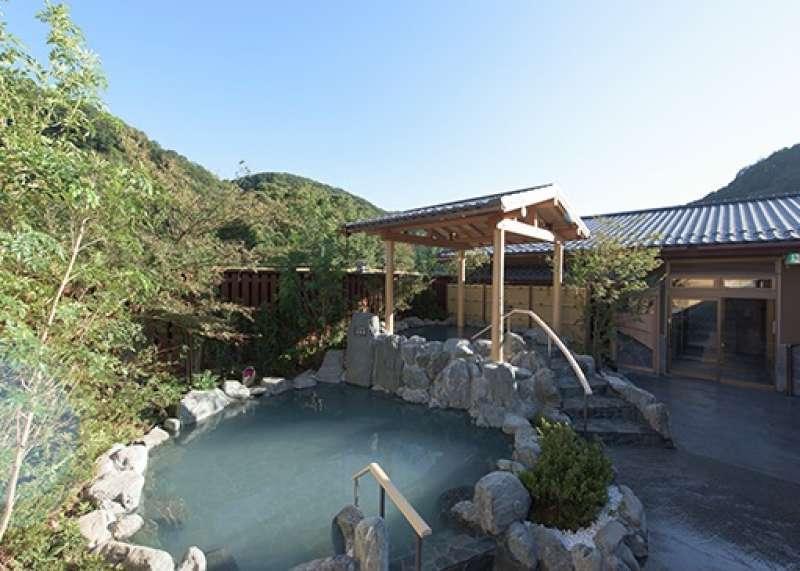 You can enjoy an open air Onsen, spa.
