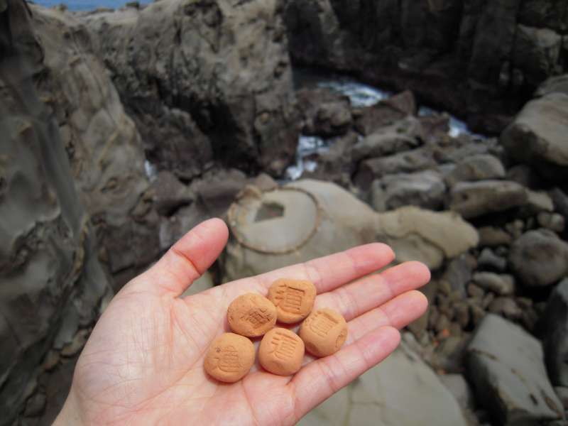 Throw this Undama(lucky ball) at the rock, if you make it in the circle, your wish will come true! (Udo shrine)