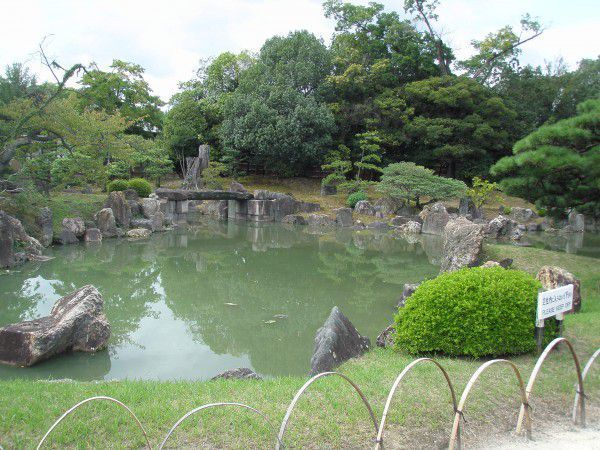 Seiryu-en Garden. The two teahouses and the stonin in the garden were brought from the villa of a wealthy merchant.The garden is divied into two parts. One part is the Japanese garden with a large pond, while the other part, has a spacious lawn area.