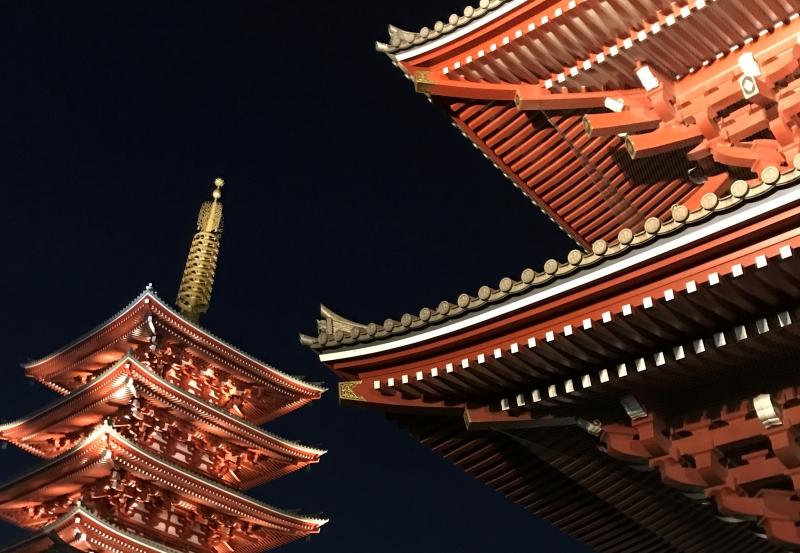 Nighttime at Sensoji Temple is quite serene. (E1)