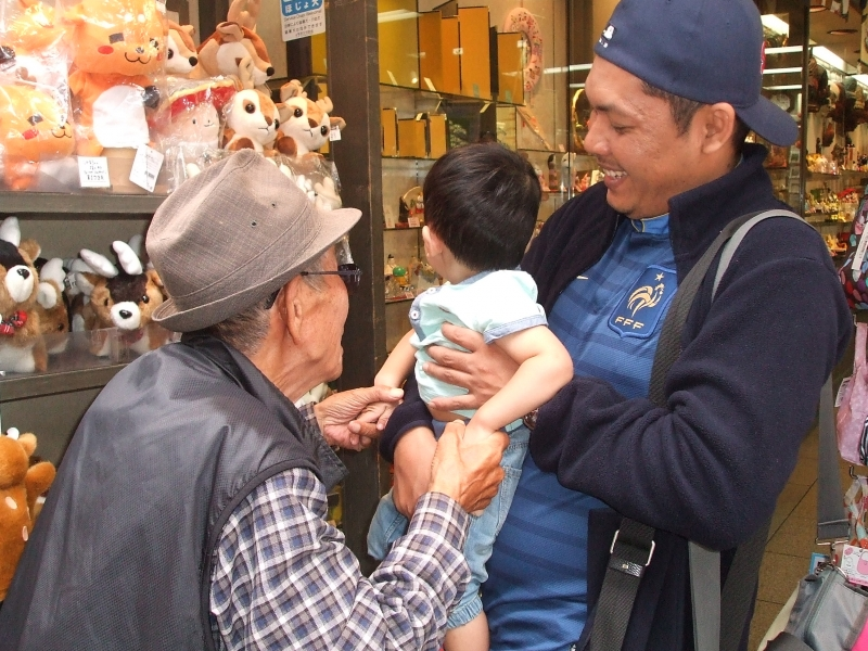 A cute guest from all the way from Malaysia, let me hold you, Nara city, Nara