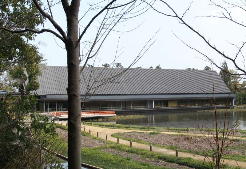 Sengu Memorial Museum.  In this museum, you will learn what are the Shikinen Sengu ( periodical renewal ) as well as rituals and tools for the ceremony.   Replica of Geku Main Sacred Building in overwhelming size is displayed there. It's one of a must-see spot.