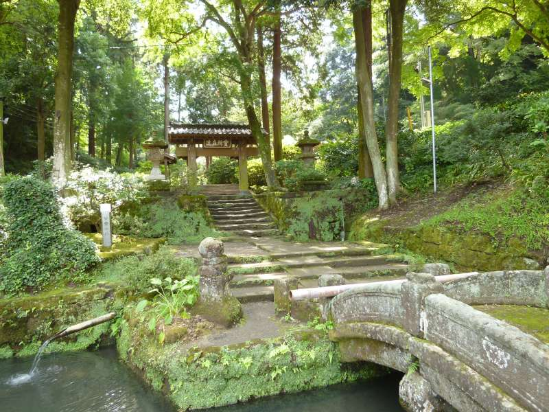 Soak in the tranquility of Jochi-ji Zen temple grounds (N2).