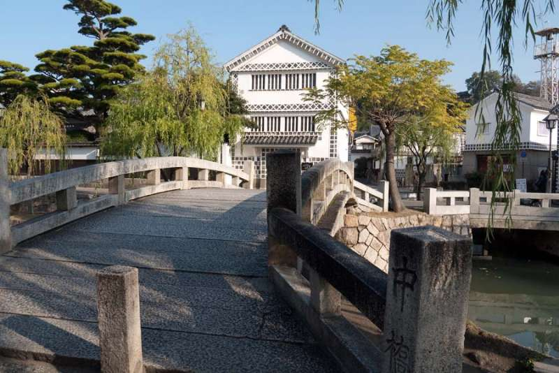 Kurashiki was governed directly by Edo Shogunate. So there were some rice warehouses. They are preserved now because Kurashiki wasn't burnt down during the World War.You can see a row of houses and streets about 200 years ago.