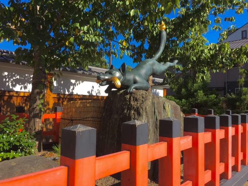 fox statue at Fushimi Inari