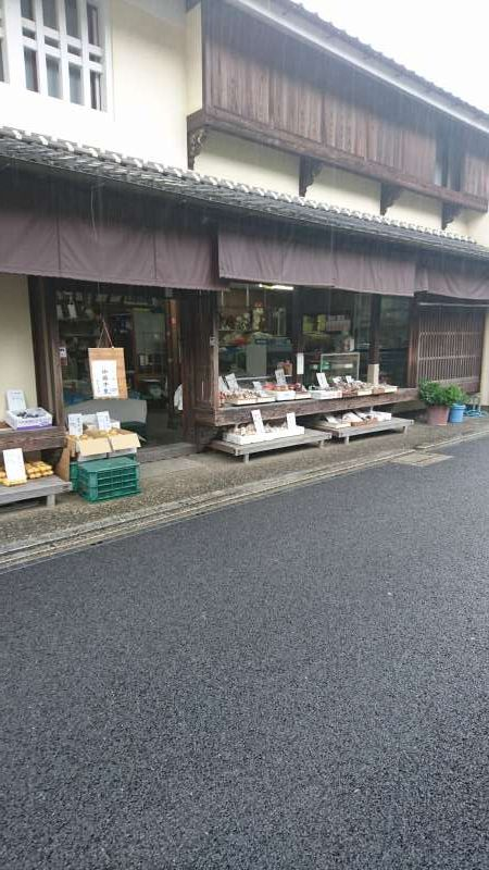 In front of a house agricultural produce is being sold.