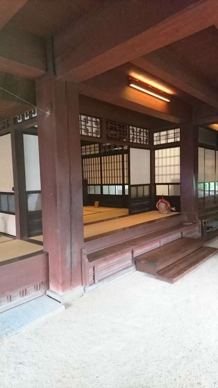 Inside the residence. What is seen in the center is the so-called central pillar, which reaches from the earthen ground floor to the second floor. It is made of high quality pine wood, providing a central structure of support for the residence.