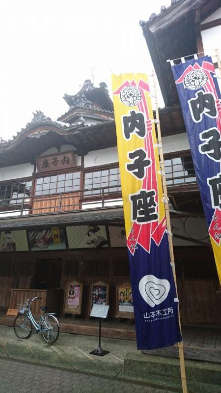 Uchiko-za Theater, which was built in the economic heyday of Uchiko by the local people who loved the performing of arts. During the agricultural off-season, kabuki, puppet theather and rakugo (comic story telling) were performed here. It was built about 100 years ago, and even today is used for  perforamnces and presentations. Now it is a national important cultural asset.