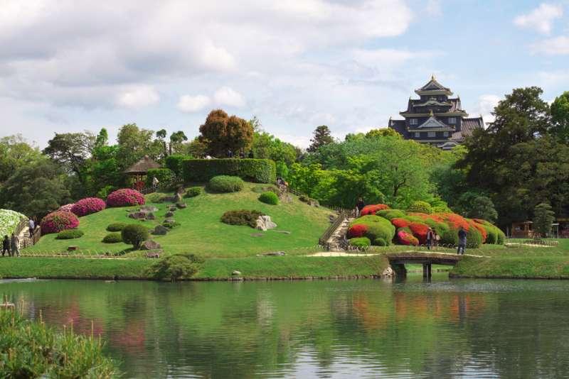 Castillo de Okayama visto desde el jardín Korakuen, en primavera