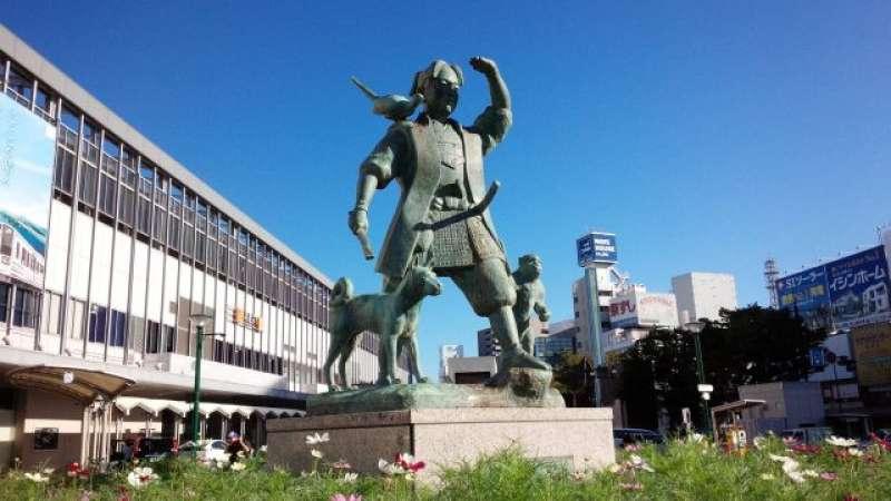 La estatua simbólica de Okayama que se basa en un puento popular. Sirve de señal para hacer una cita.