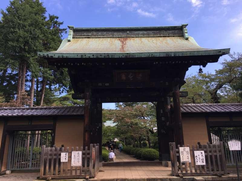 Le portail du temple Goutoku-ji.