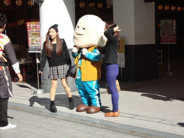 A mascot is waiting for you In front of Namba Grand Kagestu