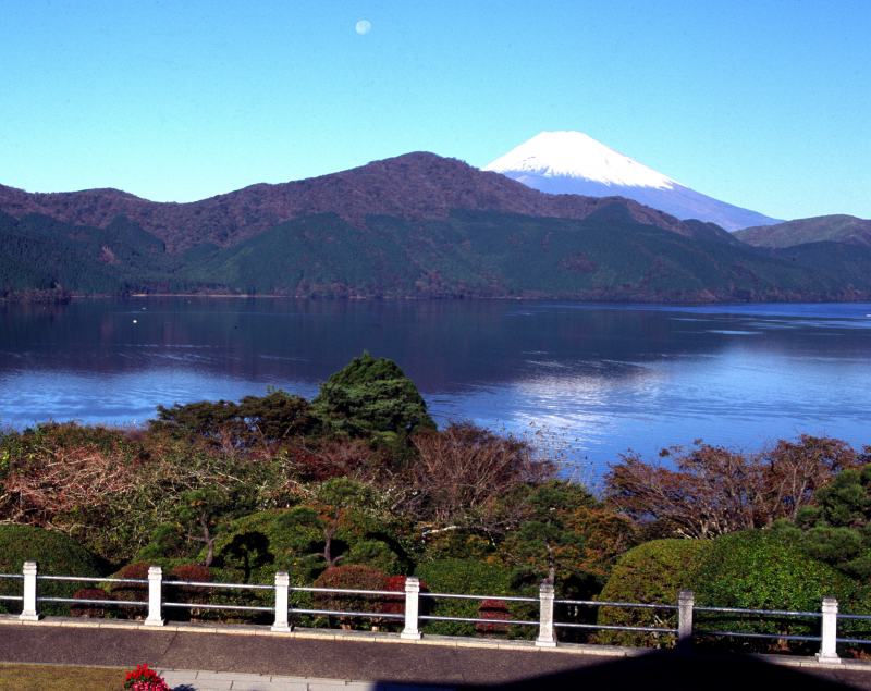 Hakone Onshi Park: A beautiful park by the lake. You can see a beautiful Mt. Fuji with its image on the water surface here.