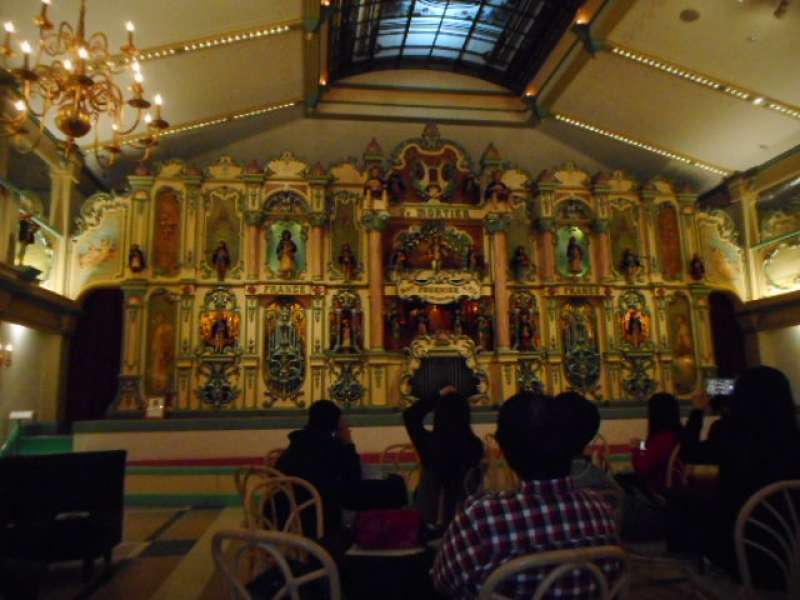 Have you seen a huge music box like this? It's a dancing organ.
