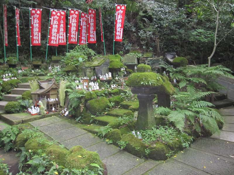 Sasuke-inari shrine:Lots of fox dolls invite you.