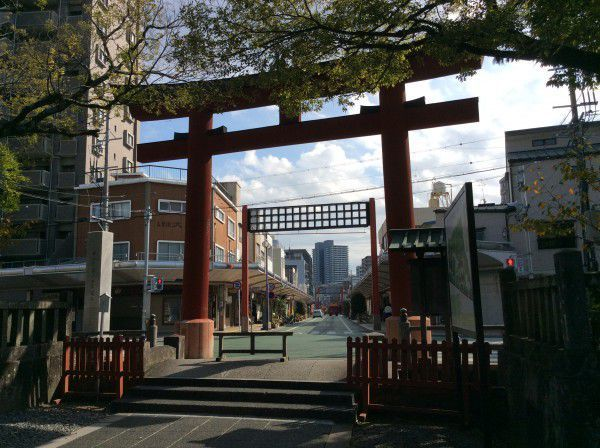 Let's walk around the street passing through a red Torii gate!
