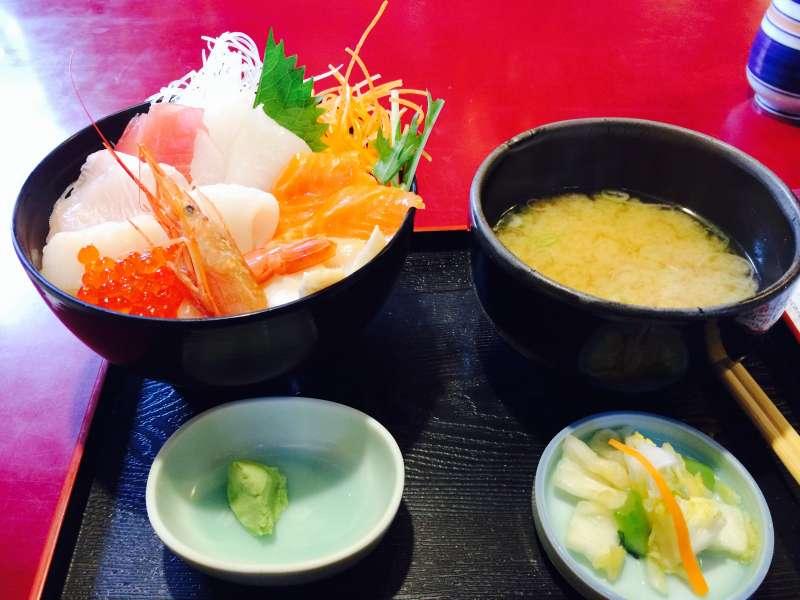 Restaurante de Sushi, Tazón de arroz con pescados frescos.