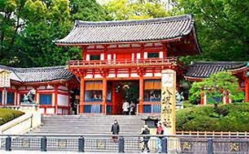 Yasaka Shrine is located at the end of ShijoDori. Festival of this shrine, Gion Festical,  is held during July.