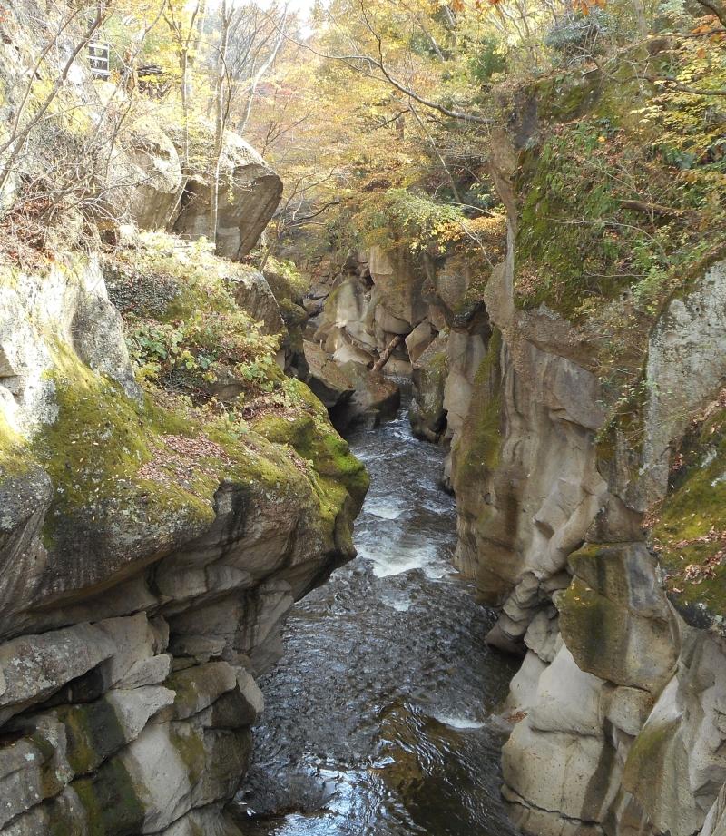 Rairaikyo Gorge was created by a gradual erosion by a river.