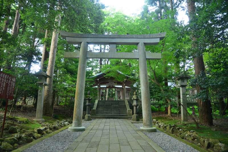 Yahiko Shrine (photo by Planetyze)