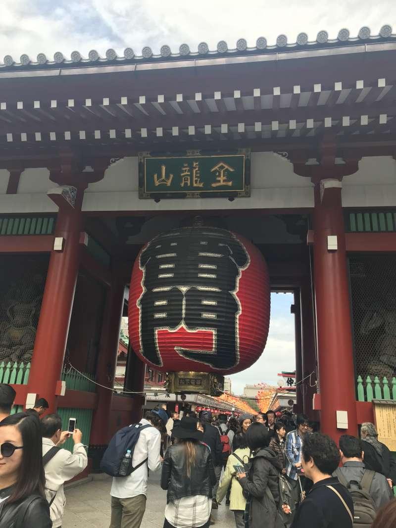 Kaminari-mon gate. Famous big red lantern!