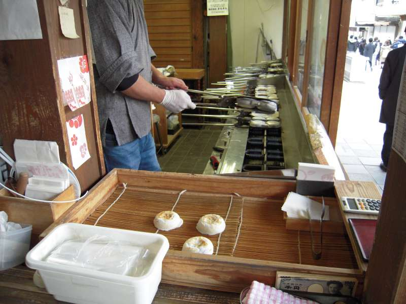 Making Umegae mochi. It is the popular snack in Dazaifu. Sweet beans inside the Mochi. How about taking one for dessert?