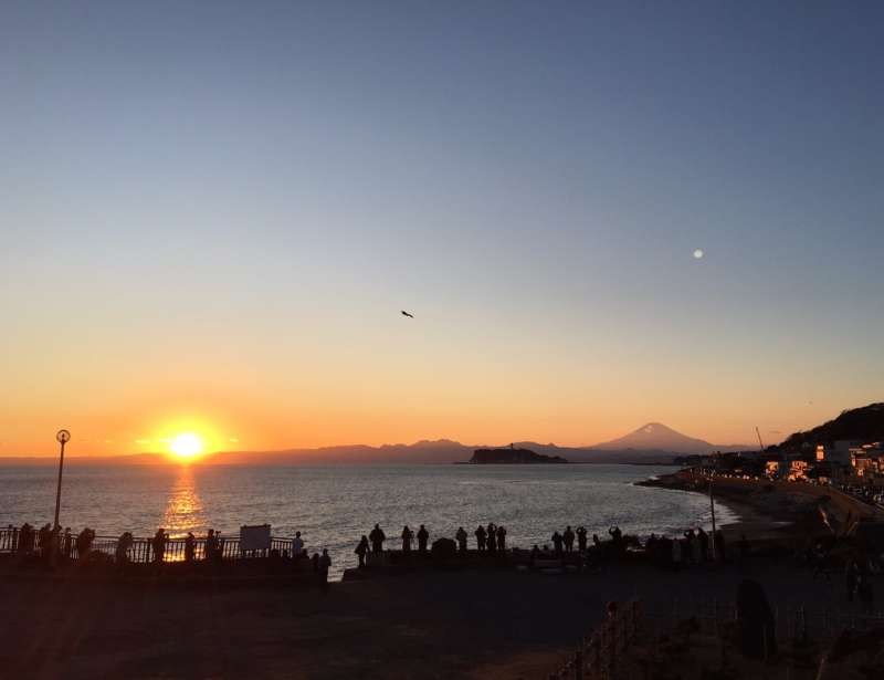 Inamuragasaki Park, about a 15-minute walk from the salon, is one of the best sunset points in Kamakura. Also on the clear air day, it is a sight where you can also see Mt. Fuji.