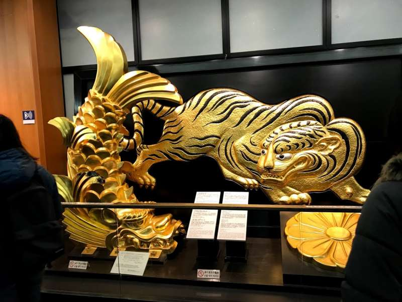 A golden grampus and a tiger are symbolic objects for Toyotomi Family unified Japan in the 17th century.