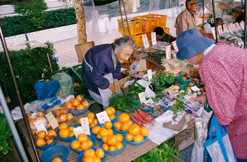Every Sunday, a special market opens around Kochi Castle. Approximately 420 shops are lined up, and not only fresh vegetables and fruits, but also hardware, knife and plants are on sale.