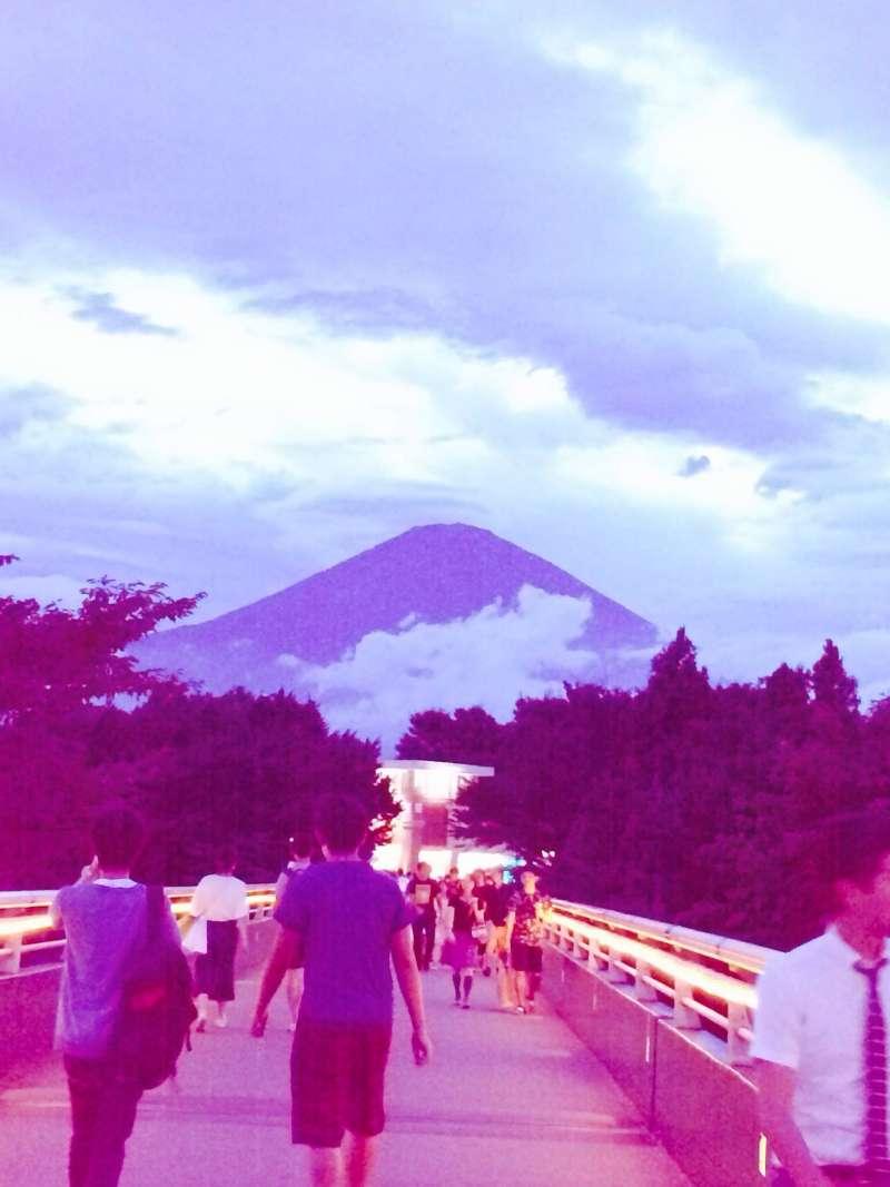 夏天黃昏時的富士山
