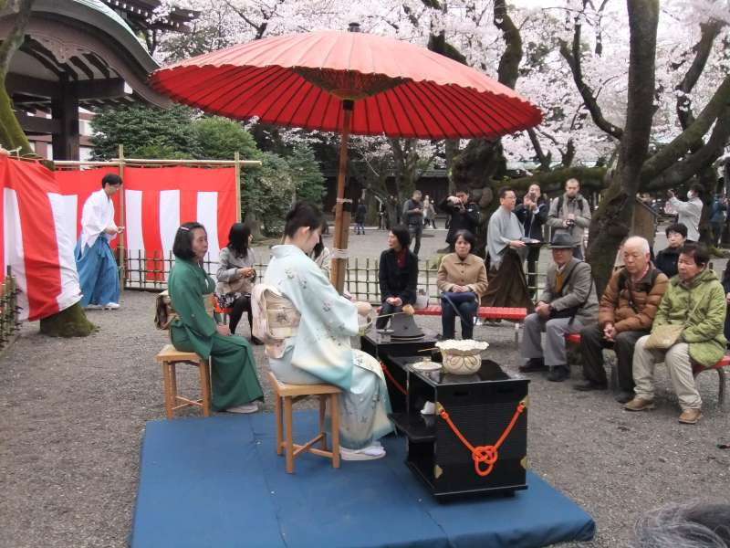 In spring and autumn, you can enjoy outside tea ceremony.  Tea ceremony is a kind of a stage drama.