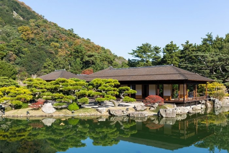 Nearby Kokoen Japanese Style Garden where there used to be a samurai house. It is a popular shooting place for samurai films and TV dramas.