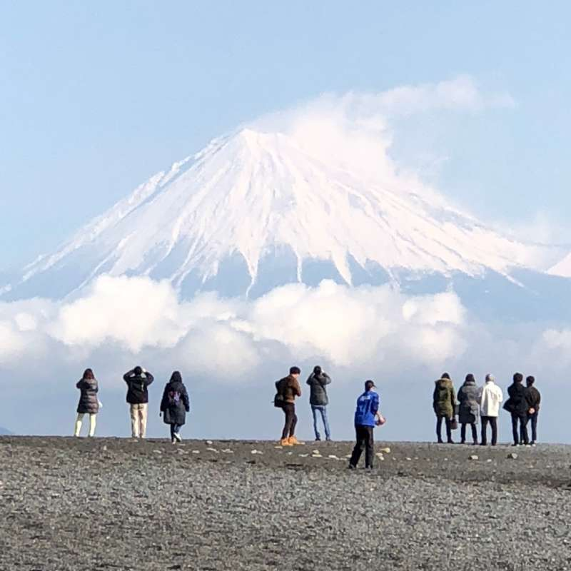 Mt. Fuji from the beach at Mino no Matsubara! After walking through the pine tree grove toward the shoreline, suddenly your eyes catch a magnificent view of Mt. Fuji.